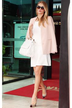 Rosie Huntington-Whiteley, con blazer de Stella McCartney y bolso de Dolce & Gabbana