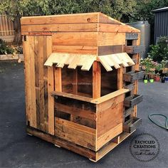 The idea shown here for the café chubby house which anyone can create using the shipping pallets by purchasing them at a low cost. This simple to make as the pallets can be used as they are and some pallets need to be painted according to the theme.