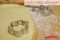 La pasta frolla allo yogurt è una ricetta base perfetta per crostate e biscotti, leggera e friabile preparata con yogurt bianco. Ricetta frolla allo yogurt.