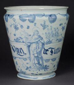 il corredo ceramico dell'antico Ospedale di San Paolo in tutto il suo splendore bianco-blu, riconoscibile proprio dall'icona del Santo ben in evidenza e dal decoro orientalizzante a tappezzeria!