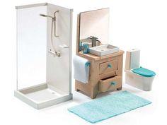 Badezimmer-Set für unsere Djeco Puppenhäuser. Das Set enthält alles was man zur Einrichtung eines Badezimmers im Puppenhaus braucht: eine Dusche, eine Toilette, eine Badematte, ein Waschbecken mit Spiegel, ein Glas und eine Shampoo-Flasche.