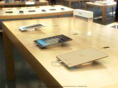 """Goldenes iPad 5 mit Touch ID im Apple Store - http://apfeleimer.de/2013/10/goldenes-ipad-5-mit-touch-id-im-apple-store - Bilder des neuen iPad 5 im Apple Store. Nicht nur das goldene iPad 5 zeigt uns Martin Hajek in seinen neuesten Renderings sondern zudem das iPad 5 mit Fingerabdruckscanner Touch ID sowie weit vor dem iPad 5 Verkaufsstart bereits im Apple Store auf dem Verkaufstresen. """"No Australian Leakers..."""
