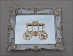 Trio de quadros, molduras branco com bordas dourada Apliques de laço e coroa em resina dourada  Aplique de carruagem em MDF dourado com detalhes em perolas.  Fundo dos quadro em espelho    Quadro grande 28,5x23 cm   Pequenos 19x16,5 cm