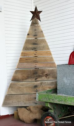 Pallet Tree, http://bec4-beyondthepicketfence.blogspot.com/2015/11/12-days-of-christmas-day-1-pallet-tree.html
