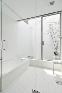 屋上から浴室脇の外部空間を見下ろす。