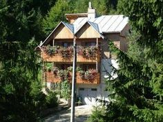Villa Doina Voronet Only 250 metres from Voronet Monastery, one of the UNESCO protected painted monasteries and surrounded by forests, Villa Doina is 4.5 km away from Gura Humorului. It offers free WiFi and free transfers to the train station.