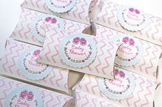 Lindas cajitas ideales como recuerdo para baby shower para regalar pequeños dulces Baby Shower, Place Cards, Place Card Holders, Introduction Letter, Invitations, Crates, Sweets, Babyshower, Baby Showers