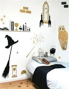 chambre Plus Looking for Harry Potter themed bedroom ideas for your kids? We've have collected the best ideas that will make you feel you're a great wizard of Hogwarts! Harry Potter Diy, Harry Potter Stencils, Estilo Harry Potter, Harry Potter Thema, Harry Potter Nursery, Theme Harry Potter, Harry Potter Wizard, Harry Potter Wall Stickers, Hogwarts