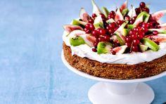 Nøddebund med frisk frugt Skal i ovn ved 175 grader. Tager evt lang tid at bage Danish Cake, Danish Food, Sweet Recipes, Cake Recipes, Dessert Recipes, Lulu's Cafe, Sweets Cake, Afternoon Snacks, Food Cakes