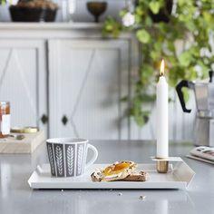 Sköna lördag! Duka upp på formgivaren Malin Berglunds nya bricka Elvira i pulverlackat stål och med ljushållare i mässing! Passar perfekt för en mysigt frukost i sängen. Finns att köpa i Designtorgets sprillans nya flaggskeppsbutik som precis har öppnat i Kulturhuset i Stockholm. #inredningsnyhet #bricka #malinberglund #designtorget #mässing #brass #inspo #nordicdesign #levaobo