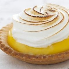 Recette de tarte au citron meringuée (tarted with lemon curd filling, topped with meringue) Thermomix Desserts, Köstliche Desserts, Delicious Desserts, Yummy Food, French Pastries, Sweet Cakes, International Recipes, Coco, Love Food