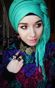 hijab tying Side-wrapped emerald turban with perfect floral jewelry Turban Hijab, Islamic Fashion, Muslim Fashion, Modest Fashion, Hijab Mode Inspiration, Hijab Stile, Turban Style, Sari, Beautiful Hijab