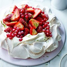 Yummy looking Pavlova dessert! Pavlova is a meringue-based dessert named after the Russian ballerina Anna Pavlova. It is a meringue cake with a crisp crust and soft, light inside, usually topped with whipped cream and fruit. Just Desserts, Delicious Desserts, Dessert Recipes, Yummy Food, Summer Desserts, Eat Dessert First, Love Food, Sweet Recipes, Sweet Treats