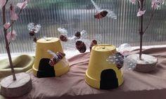 včelí úl - úl natřený kvetináč, včelky - šišky na drátku, křídla - bublinková folie