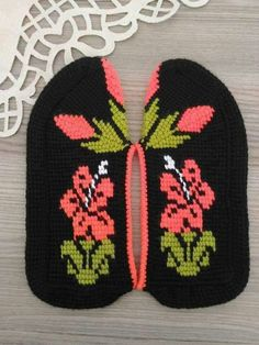 Knitted Slippers, Knitted Hats, Cute Wallpapers, Knit Crochet, Winter Hats, Cross Stitch, Beanie, Knitting, Crochet Flowers