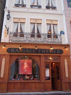 「マリアージュ フレール」は、1854年にフランス・パリで創業。 フランスの最も古い紅茶の輸入業者で、世界35カ国から厳選された450種類以上のお茶を扱っています。 Cafe Bistro, Shop Fronts, British Colonial, Facade Design, Cake Shop, Cafe Restaurant, Dusk, Paint Colors, Tokyo