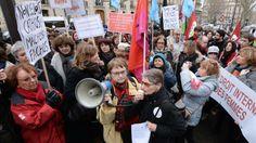 """27.12.2013. Les féministes françaises se mobilisent contre la loi anti-avortement en Espagne """"Nous ne sommes pas à l'abri en France"""", met en garde la porte-parole d'une association française. http://www.francetvinfo.fr/societe/les-feministes-francaises-se-mobilisent-contre-la-loi-anti-avortement-en-espagne_492174.html"""