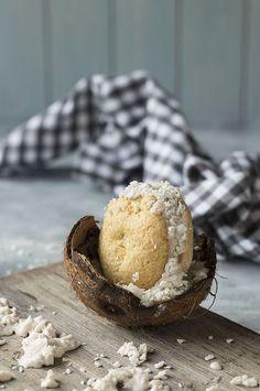 Helado de coco y plátano con galletas  de coco y piña