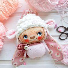 Плюшик-зайка в пудровых тонах, с цветочными ушками#текстильнаякукла #кукларучнойработы #авторскаяработа #куклаизткани