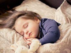 Un nuevo estudio señaló que los padres que no se molestan en establecer una rutina para hacer dormir a sus hijos podrían perjudicarlos, lim...