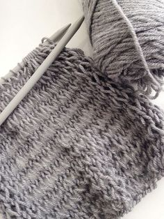 This is a great scarf pattern for beginner knitters since not only is it easy/quick to knit with chunky yarn and big needles, but it is also made with just two basic stitches: knit and purl. Knitting Basics, Easy Knitting Patterns, Knitting For Beginners, Crochet Patterns, Scarf Patterns, Beginner Knit Scarf, Knitting Tutorials, Knitting Projects, Circular Knitting Needles