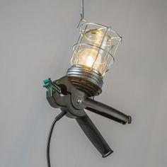 Lámpara de trabajo SQUEEZE - Esta lámpara de trabajo multifuncional está acabada con una cubierta en forma de jaula de acero y con un gancho para colgar en cualquier lugar. La empuñadura de plástico la hace más fácil de sostener. Además la pinza le permite asegurar la lámpara en cualquier sitio, por ejemplo una escalera, una mesa de trabajao, etc. También es ideal para bricolaje del hogar.