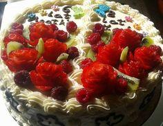 Pomysł na: Tort - róże z truskawek. #mistrzowiewypiekow #wypieki #ciasto #tort #urodziny #inspiracje #kulinarne #przepis #pomysl #diy #bdaycake