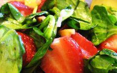 Insalata verde con le fragole - Non stupitevi dell'insalata verde con le fragole, lo sappiamo che si tratta di frutta e verdura assieme ma le fragole con il loro gusto acidulo si possono usare benissimo in piatti salati.  Questa insalata comunque è ricca di vitamine e fibre ed è perfetta per la Primavera.
