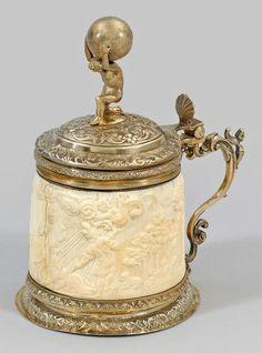 Historismus-Elfenbeinhumpen mit vergoldeter Silbermontierung. Zweifach gewölbter, ornamentierter St