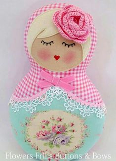 Cute little Russian doll idea - can use up fabric and lace scraps for this. Matryoshka Doll, Kokeshi Dolls, Felt Dolls, Doll Toys, Felt Crafts, Fabric Crafts, Sewing Projects, Sewing Crafts, Shaped Cards