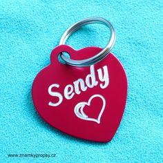 Eloxovaná psí známka se jménem Sendy se srdcem a telefonem na druhé straně