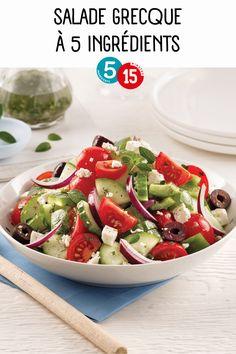 Quand on pense «grec», on pense tout de suite à la salade grecque. Essayez notre recette en version 5 ingrédients, 15 minutes! Savoureuse et nutritive, elle vous rappellera les pique-niques estivaux! Healthy Eating Tips, Healthy Nutrition, Salad Bar, Cobb Salad, Tomate Cocktail, Caponata, Vegetable Drinks, Fruits And Vegetables, Caprese Salad