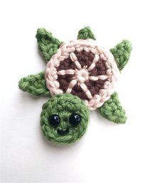 Crochet Turtle Appliques - Free and Easy patterns Free crochet pattern - Sea turtles Family Appliques - Tortues de mer How cute are these Sea turtles? They would be perfect for decorate a blanket! Crochet Turtle Pattern Free, Crochet Baby Blanket Free Pattern, Crochet Animal Patterns, Stuffed Animal Patterns, Crochet Motif, Free Crochet, Crochet Stitches, Knitting Patterns, Crochet African Flowers