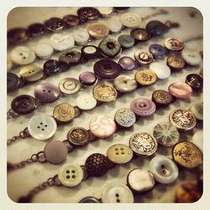 button bracelets Button Bracelet, Button Earrings, Button Jewellery, Bracelets, Diy Buttons, Vintage Buttons, Button Art, Button Crafts, Vintage Jewelry