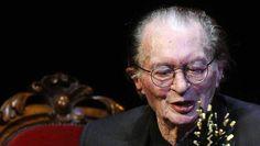 De Nederlandse schrijver, dichter en columnist Remco Campert (85) is de eerste winnaar van de Gouden Schrijfmachine. Dat is een nieuwe prijs voor personen die zich inzetten voor literatuur van jonge, getalenteerde schrijvers.
