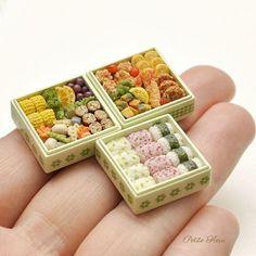 Miniature Japanese Food♡ ♡ By Petite Fleur Cute Polymer Clay, Polymer Clay Miniatures, Polymer Clay Projects, Dollhouse Miniatures, Miniature Crafts, Miniature Food, Miniature Dolls, Barbie Food, Displays