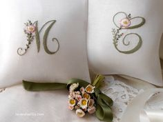 Alfabeto con margherite drawings of the figures to make the alphabet with daisies Embroidery Alphabet, Embroidery Monogram, Silk Ribbon Embroidery, Hand Embroidery Patterns, Cross Stitch Embroidery, Wood Bead Garland, Beaded Garland, Monogrammed Napkins, Brazilian Embroidery