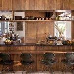 【和風とモダン】オープンなカウンタースペースのある板葺きのダイニング・キッチン
