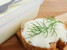 Tvaroh vyklopíme do misky, přidáme jedlou sodu a necháme 10 minut stát. Mezitím si na plotně rozpustíme máslo a pak přilijeme k tvarohu. Zamícháme. Výsledkem je sýr velmi podobný taveňáku, ale zdravý. Můžeme připravit i ochucený taveňák - přidáme nadrobno pokrájenou šunku, bylinky...fantazii se meze nekladou Feta, Camembert Cheese, Dairy, Milk, Butter, Butter Cheese
