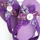 Havaianas com flor em tons violeta