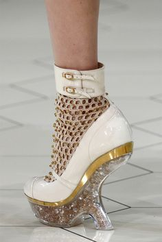 Alexander McQueen Spring 2013 Ready-to-Wear Collection - Vogue Crazy Shoes, Me Too Shoes, Weird Shoes, Look Fashion, Fashion Shoes, Runway Fashion, Futuristic Shoes, Shoe Boots, Shoes Heels