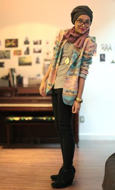 I like the fitted leggings and top with the boxy shoes and jacket. Love the accessories too.