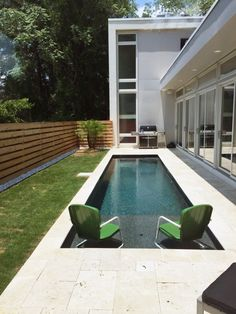 If you're stuck with a small backyard, and you've always wanted a nice swimming pool, we've got just the solution for you! These swimming pool design ideas for small yards have proven that you don't need a large backyard to build a pool, check them out. Small Inground Pool, Small Swimming Pools, Small Backyard Pools, Backyard Pool Designs, Large Backyard, Swimming Pools Backyard, Swimming Pool Designs, Lap Pools, Indoor Pools