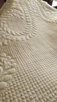 Tutorial for how to mark a quilt top for a hand quilted grid pattern. This is absolutely beautiful!