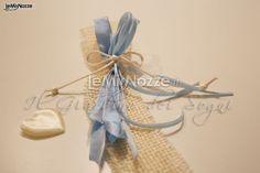 http://www.lemienozze.it/operatori-matrimonio/bomboniere/bomboniere-nozze-monza/media/foto/20  Confezionamento a cravatta con nastro in velluto per le bomboniere del matrimonio