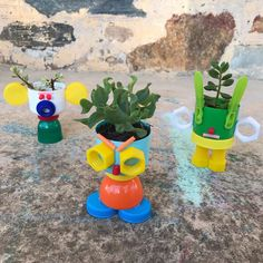 Stacking totems from plastics become plant pots. Plant Crafts, Nature Crafts, Home Crafts, Diy And Crafts, Crafts For Kids, Ghost Costume Diy, Plastic Plant Pots, Recycled Art Projects, Craft Box