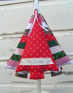 Kerstboom hangertje van stof Christmas Apps, Cozy Christmas, Homemade Christmas, Christmas Holidays, Christmas Stuff, Christmas Ideas, Christmas Sewing Projects, Holiday Crafts, Christmas Tree Decorations