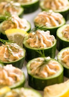 Close up of Cucumber Canapés topped with smoked salmon mousse garnished with dill Healthy Appetizers, Appetizer Recipes, Healthy Snacks, Healthy Recipes, Dinner Recipes, Cold Appetizers, Snack Recipes, Smoked Salmon Mousse, Gastronomia