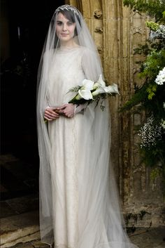 long sleeved wedding gown, Mary and Matthew's wedding - lady-mary-crawley Downton Abbey. Love the head piece Lady Mary Crawley, Downton Abbey Season 3, Downton Abbey Series, Downton Abbey Fashion, Downton Abbey Mary, 1920s Wedding, Wedding Veils, Wedding Dresses, Wedding Vintage