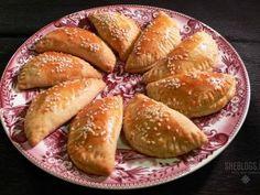 Παραδοσιακά Τυροπιτάκια και Σπανακοτυροπιτάκια Pita Recipes, Greek Recipes, Cooking Recipes, Greek Pita, Eat Greek, Cheese Pies, Crab Dip, Pretzel Bites, Deserts